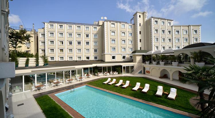 Самые дешевые отели 5 звезд в центре Стамбула: Holiday Inn Istanbul City.